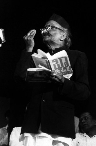 Poet D R Bendre reading his poem at poets conference in Bangalore_ Undated