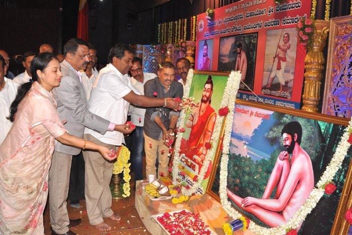 City Municipal Council President Shilpa Rajashekar, Deputy Commissioner M K Srirangaiah and others offer floral tributes to the portraits of Shivayogi Siddarameshwara, Ambigara Chowdaiah and Mahayogi Vemana at Chikkamagaluru on Saturday.