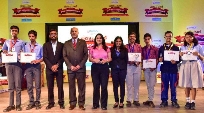 (From left) Kaushik Nandan and Sachith Shetty of Kautilya Vidyalaya, Mysuru, who emerged champions in the fifth edition of Prajavani Quiz in Bengaluru on Thursday. Quizmaster J Pranav, Canara Bank general manager Dr S T Ramachandra, IGP D Roopa, quizmaste