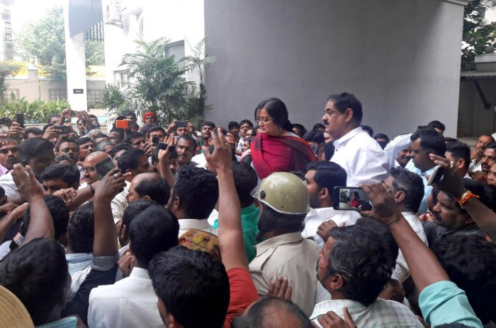 Poll matters: Fans of late actor-politician Ambareesh from Mandya visited the residence of their leader in Bengaluru and urged his wife Sumalatha to contest from Mandya Lok Sabha constituency in the upcoming general election, on Friday. DH PHOTO