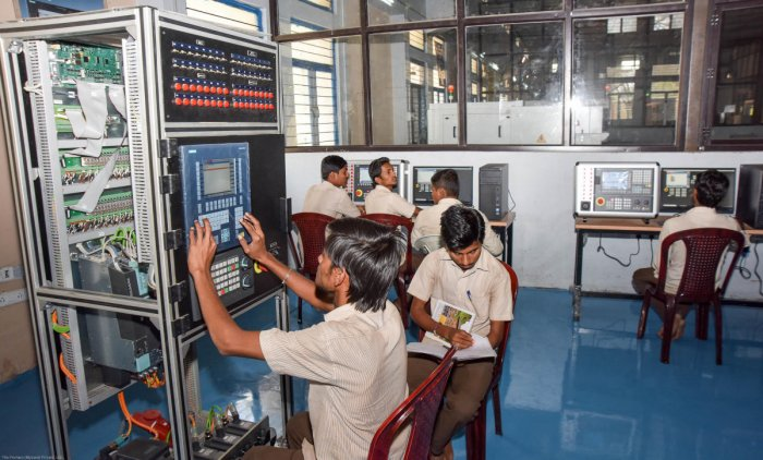 A computer labotorary at a technical institution. Many colleges had planned to develop more infrastructure in the college with the recent 10% fee hike. DH file photo for representation.