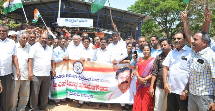 Tumakuru District Congress Committee office-bearers and the party workers stage a protest at DCC office premises in Tumakuru on Friday, opposing the high command's decision to cede Tumkur Lok Sabha seat to the JD(S). dh photo