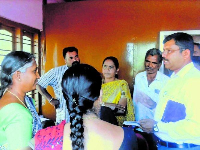 Taluk Medical Officer M U Chethan questions 'quack' Umamaheshwari in Shanivarasanthe, who has been claiming to cure all diseases using 'Nadi Chikitse'.