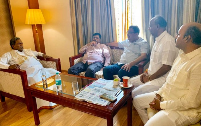 JD(S)-Congress coalition coordination committee chairman Siddaramaiah discusses with former minister Dr H C Mahadevappa, MLAs Tanveer Sait, Yatheendra Siddaramaiah and Congress candidate C H Vijayashankar, at a private hotel in Mysuru, on Sunday. pic by s