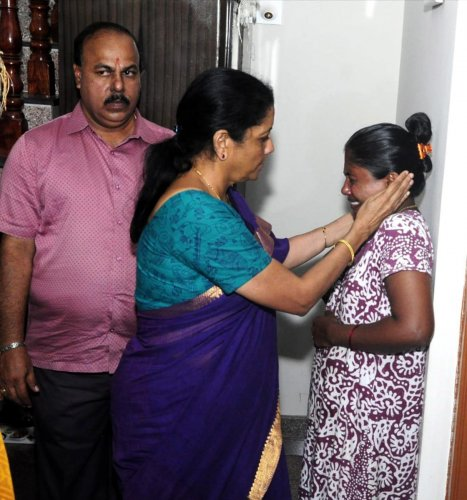 Defence Minister Nirmala Sitharaman consoles Shyamala, wife of missing fisherman Chandrashekar Kotian, at Panajeegudde near Malpe, Udupi district, on Tuesday.