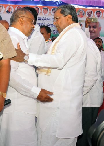 Former chief minister Siddaramaiah and Higher Education Minister G T Devegowda at a campaign meeting in Kadakola, Mysuru, on Sunday. dh photo
