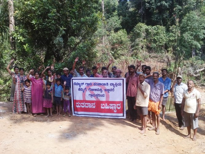 The residents of Hemmige hold a banner on boycotting the election at Hemmige in Sringeri taluk.