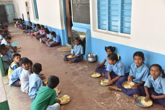 Free meal is served for students of government schools in Karnataka underAkshara Dasoha programme. DH File Photo for representation