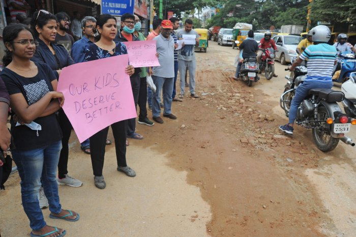 Residents of Horamavu, Kalkere protest demanding good roads and civic amenities at Jayanthi Circle in front of BBMP office in Bengaluru on Saturday. Residents came in large numbers to protest as the main roads are in bad conditions for several weeks causing traffic jam and accidents in the area. | DH Photo: Pushkar V