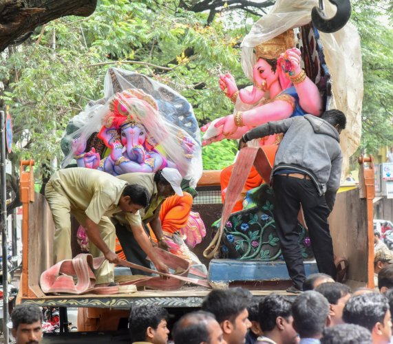 Palike workers seize Ganesha idols made of PoP on Wednesday. DH PHOTO/Anup R Thippeswamy