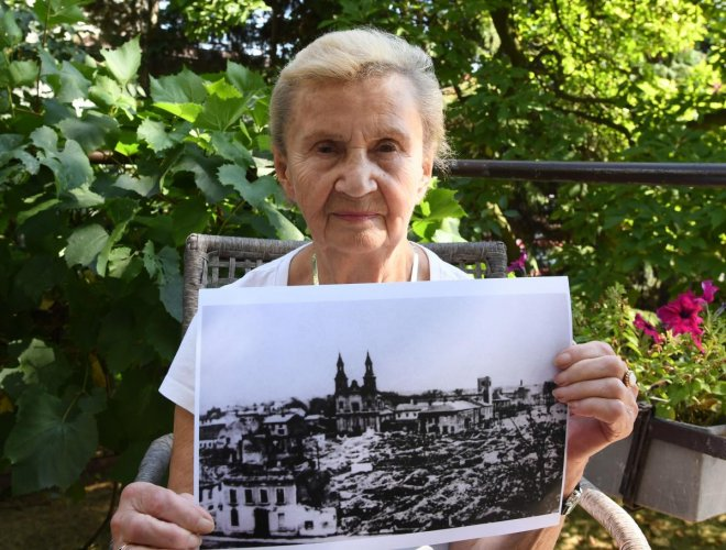 Zofia Burchacinska, an eyewitness to the bombing of Wielun holds a picture of the destroyed town on August 20, 2019. (Photo by Janek SKARZYNSKI / AFP)
