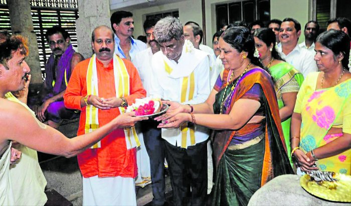 Port, Fisheries and Muzrai Minister Kota Srinivas Poojary along with his wife Shantha offers pooja at Sri Siddhivinayaka temple prior to offering 'bagina' to River Swarna, near Sheembra on Thursday.