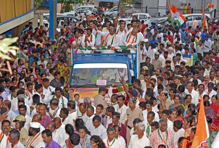 Leader of Opposition Siddaramaiah campaigns for M Shivaraj, the Congress candidate for Assembly bypolls from Mahalakshmi Layout constituency, at Kamala Nagar in Bengaluru on Friday. DH PHOTO