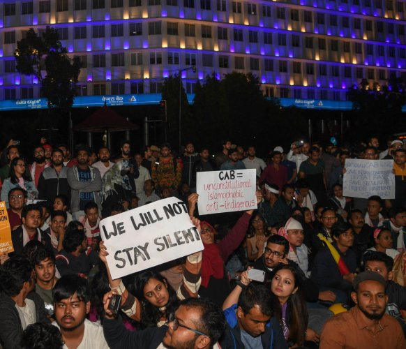The protesters, waving the tricolour and chanting 'Aawaz Do, Hum Ek Hain',gave a call for revolution and accused the Union government of dividing people on the basis of religion.