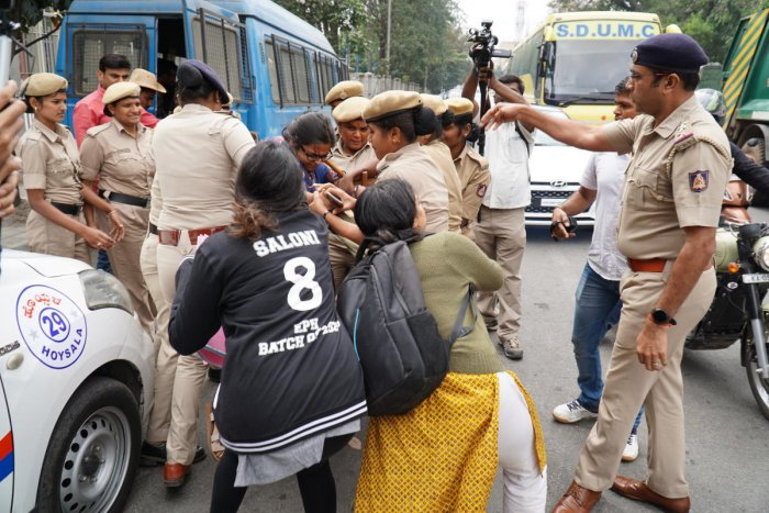 Police evict students from Town Hall on Tuesday. DH PHOTO/AKHIL KADIDAL
