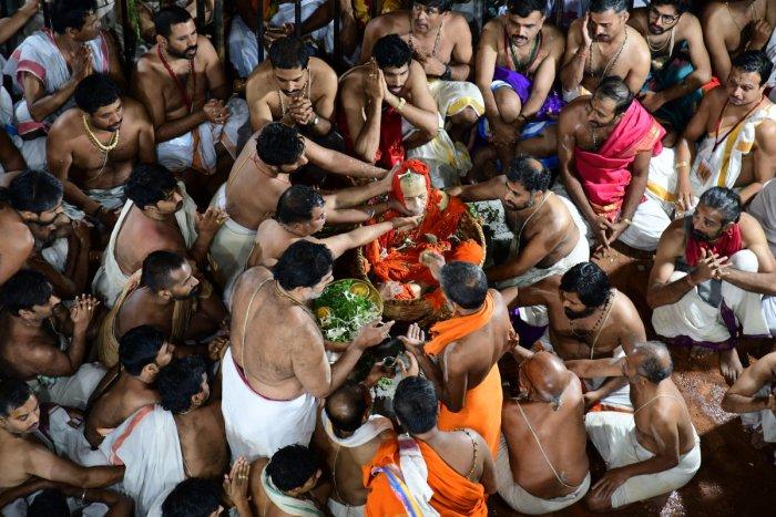 Pejawar seer Vishwesha Theertha swami being laid to rest by his devotees at Poornaprajna Vidyapeetha in Bengaluru on Sunday. special arrangement