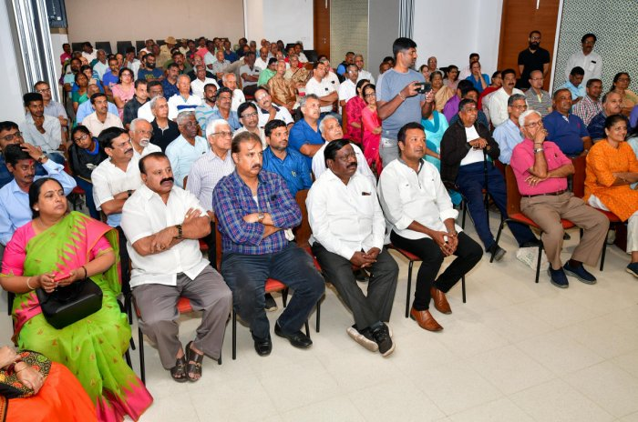 Residents at the 'Janaspandana-Citizens for Change' meet organised by DH and Prajavani in Domlur on Saturday. DH PHOTO/KRISHNAKUMAR P S