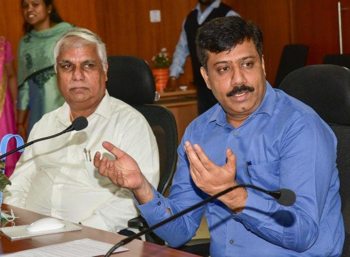 Bescom managing director M B Rajesh Gowda addresses the media on the rooftop solar power scheme in Bengaluru on Monday. DH PHOTO/IRSHAD MAHAMMAD