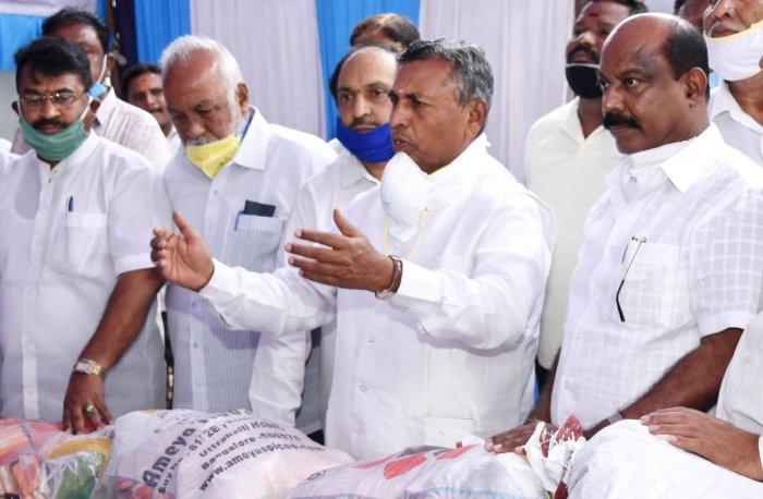 Former MP K H Muniyappa speaks in Kolar after distributing masks and soap to public.