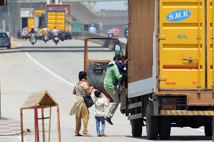 A family hitches a ride on a truck on Tumakuru Road in Bengaluru on Thursday. DH Photo/Pushkar V