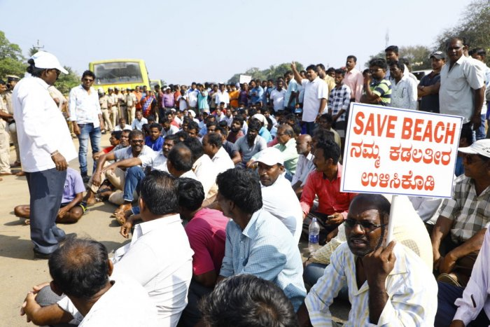 Fishing in coastal areas between Bhatkal and Karwar came to a halt on Tuesday while hundreds of workers in the fish market joined the protest, urging the government not to destroy their livelihood with port expansion. (DH Photo)