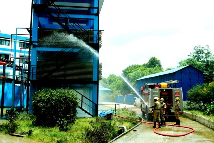 Fire and emergency service personnel in action to to contain ammonia gas leak at Malpe Fresh Marine Export Private Limited's seafood processing plant in Devalkunda, Kundapur, Udupi district on Monday.