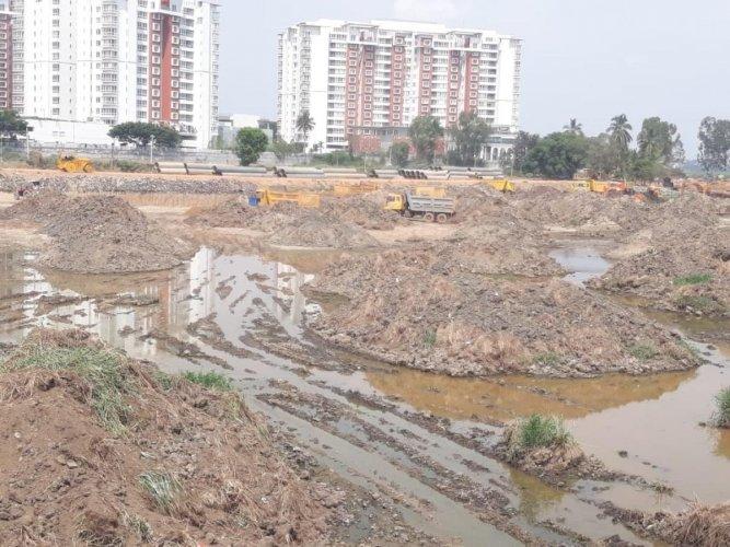 The desilting work is in progress in Bellandur Lake.
