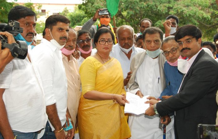 MP A Sumalatha, former MLA H D Chowdaiah and others submit a memorandum to Deputy Commissioner Dr M V Venkatesh, urging to resume MySugar factory under O&M system in Mandya on Thursday. DH PHOTO
