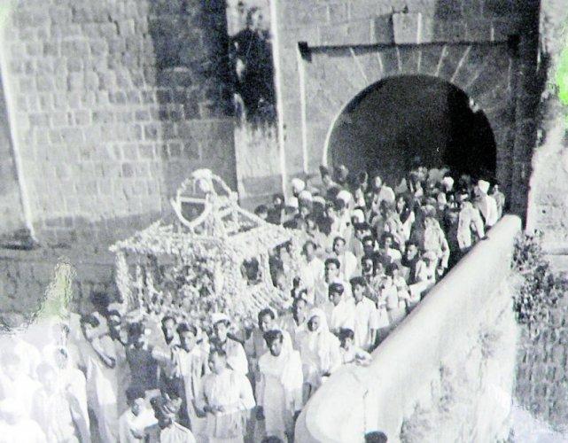 A procession in Srirangapatna carries Mahatma Gandhi's ashes. (DH Photo)