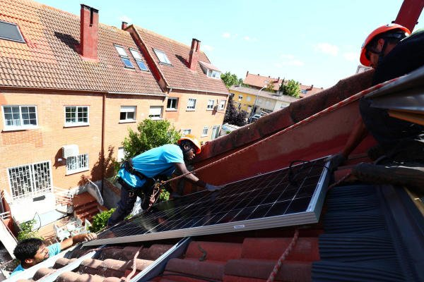 Solar panels are set up on the roof of a home. Credit: Reuters