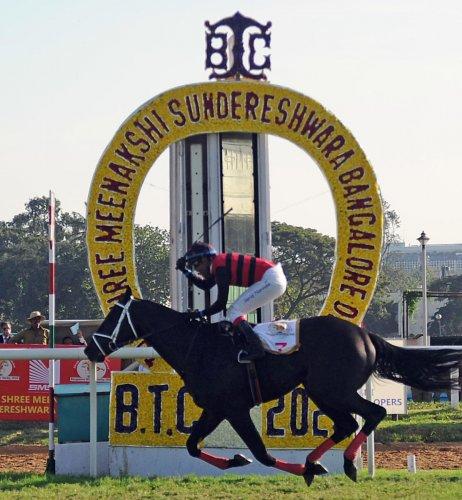 Jockey Suraj Narredu powers War Hammer to victory at the Shree Meenakshi Sundereshwara Bangalore Derby (Grade I) at the Bangalore Turf Club in Bengaluru on Sunday. DH PHOTOS/ PUSHKAR V