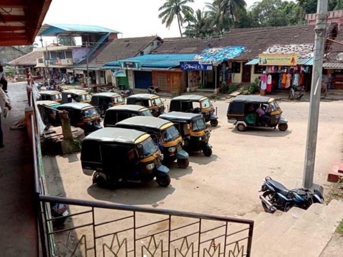 Autorickshaws wait for passengers near bus stand in Kodlipet, Shanivarasanthe. DH Photo