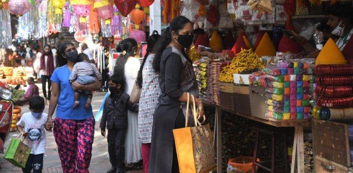 People shopping at Malleshwaram, ahead of Deepavali festival, amidst the spread of the coronavirus disease. Credit: DH Photo/B H Shivakumar