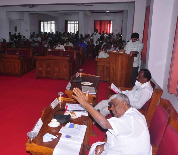 MLA H D Revanna speaks at the DISHA meeting in Hassan on Wednesday. DH PHOTO
