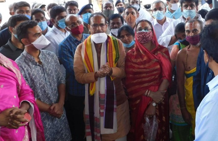 Madhya Pradesh Chief Minister Shivraj Singh Chouhan and family members during a visit to Melkote temple in Mandya district on Wednesday. DH PHOTO