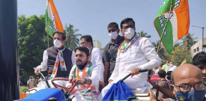 Maharashtra Pradesh Congress Committee (MPCC) President Balasaheb Thorat, former Chief Minister Prithviraj Chavan, State Minister Vishwajeet Kadam and other leaders ride a tractor while participating in the party's tractor rally against the new farm laws. Credit: PTI file photo.