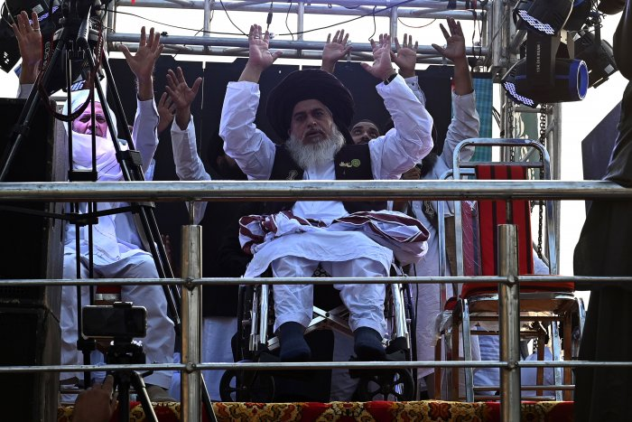 Khadim Hussain Rizvi (C), leader of Tehreek-e-Labbaik Pakistan. Credit: AFP File Photo