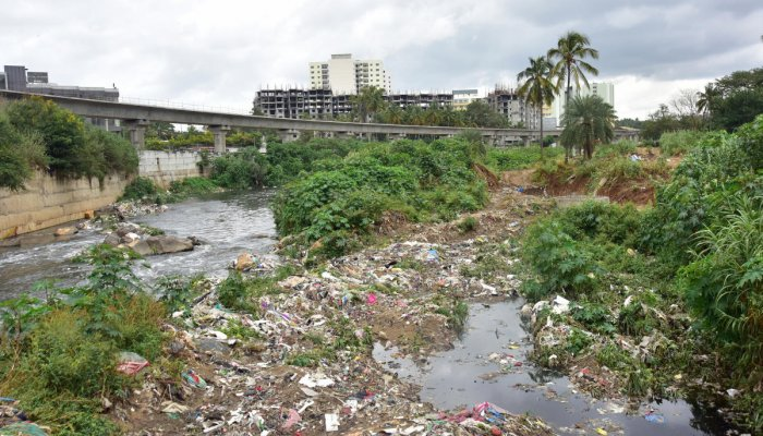 Waste is dumped indiscriminately in Vrishabhavathi during nights and pre-dawn hours, to escape scrutiny by agencies. FILE PIC/ DH PHOTO