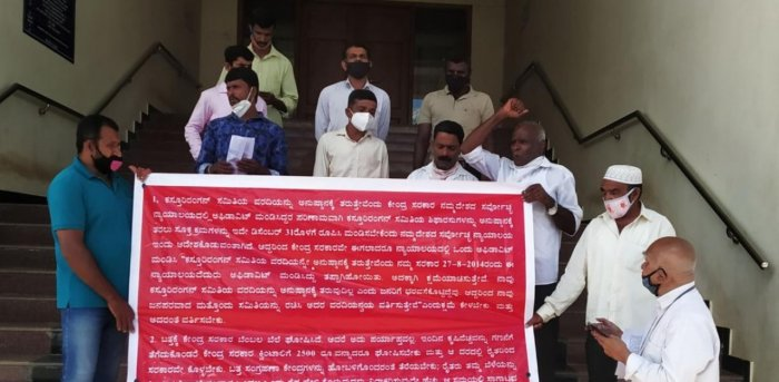 Karnataka Pranta Raitha Sangha leaders staged a protest in front of the DC's office in Madikeri on Saturday. Credit: DH photo.
