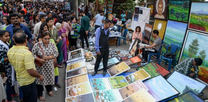 Chitra Santhe, held on Kumara Krupa Road in January every year, attracts a large crowd of artists and art aficionados. Credit: DH file photo.