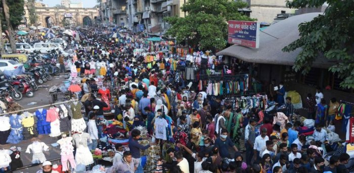 Shoppers throng a market area between Teen Darwaja and Bhadrakali Temple amid the Covid-19 pandemic in Gujarat. Credit: AFP Photo