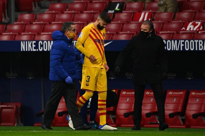 Barcelona's Spanish defender Gerard Pique (C) walks off the pitch after getting injured during the Spanish League football match between Club Atletico de Madrid and FC Barcelona at the Wanda Metropolitano stadium in Madrid on November 21, 2020. Credit: AFP