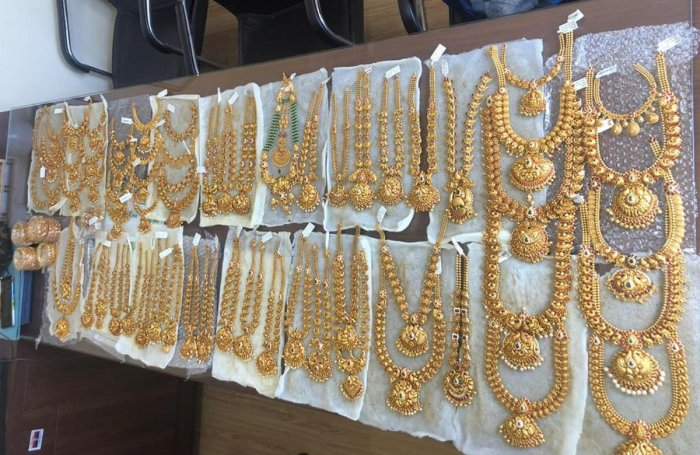 City Market police caught two persons carrying gold jewellery without any documents at the vehicle checkpoint near Doddapet. 6.05 kg gold jewellery seized. Credit: DH photo.