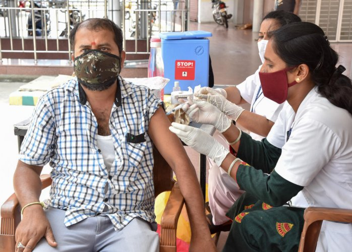 Covid vaccines was administered to autorickshaw and cab drivers at the KSRTC sub-urban bus stand in Mysuru on Friday. DH Photo