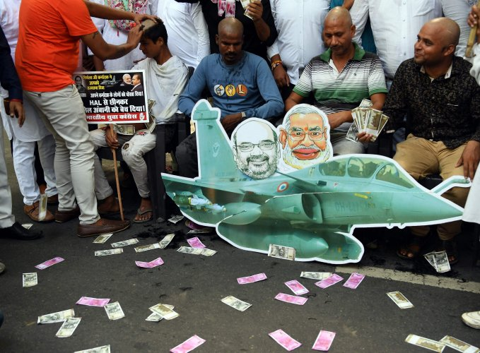 Congress party supporters get their heads shaved during a protest against the Rafale fighter jet deal, in New Delhi. Credit: AFP File Photo