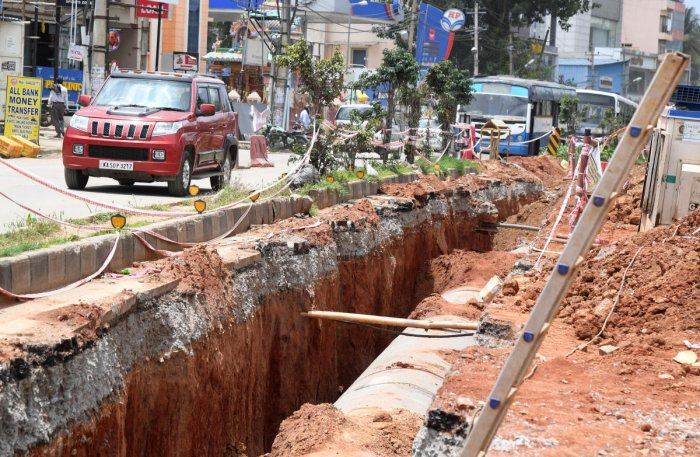 Such gross violations in safety precautions are common even outside the core city areas. This stretch of Hesaraghatta Road without protective barricades is a case in point. DH PHOTO / B H SHIVAKUMAR