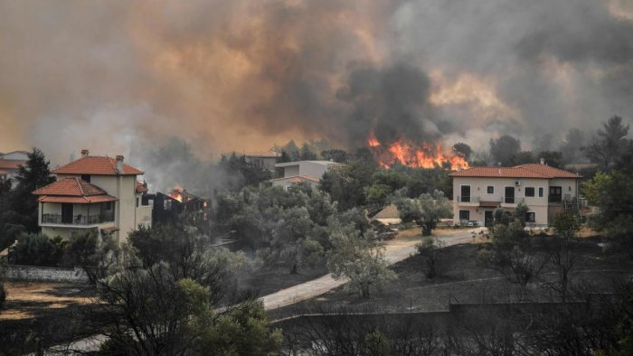 Hundreds of firefighters battled a blaze on the outskirts of Athens on August 6 as dozens of fires raged in Greece. Credit: AFP Photo