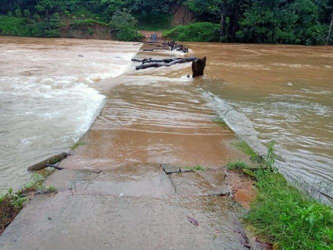 A portion of the Mukkodlu-Hemmethalu bridge has collapsed.