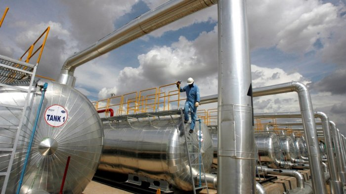 A Cairn India employee works at a storage facility for crude oil at Mangala oil field at Barmer in Rajasthan. Credit: Reuters file photo