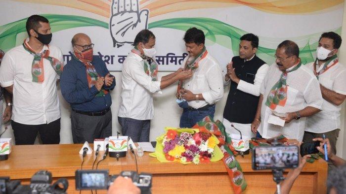 Former AAP Goa convenor Elvis Gomes (C) joins Congress. Credit: Facebook/INCGoa